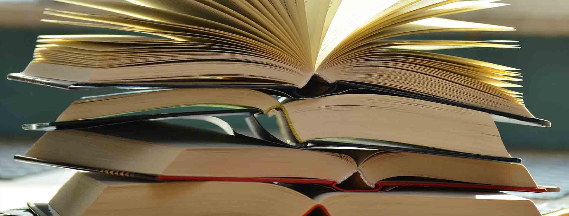 stapel van open boeken