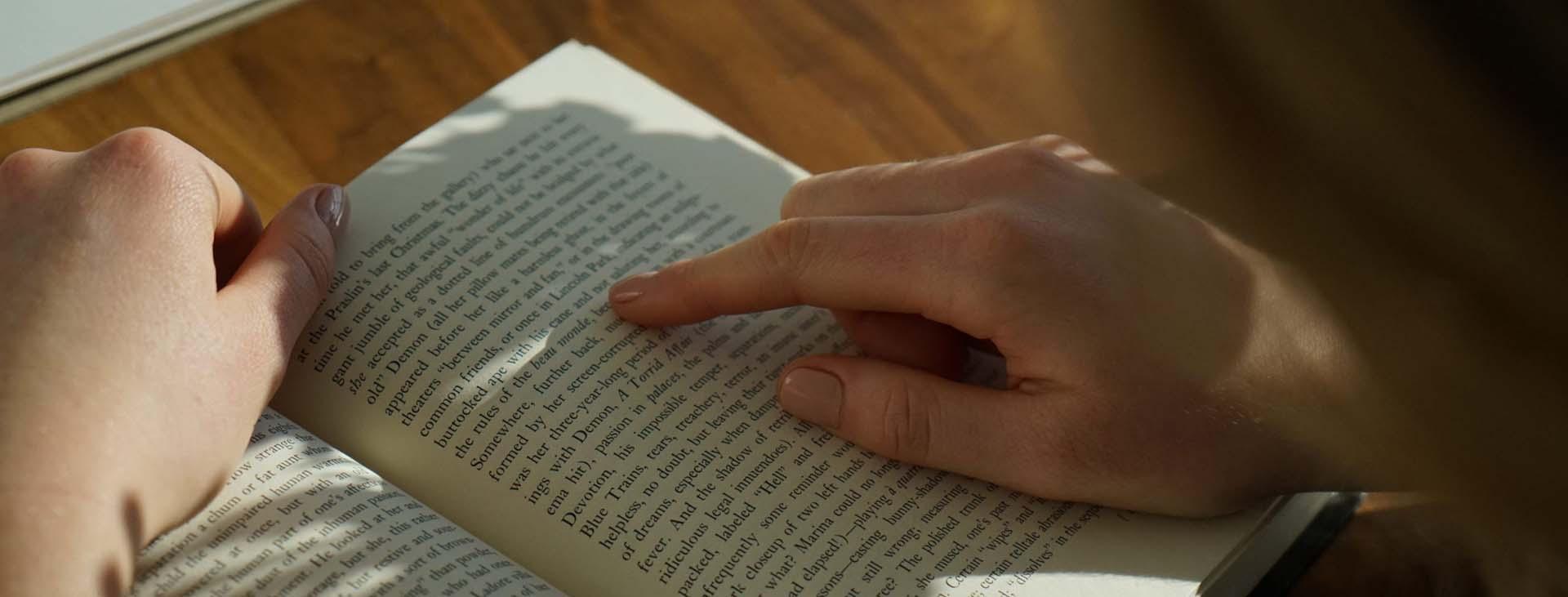 mens die een boek an het lezen is