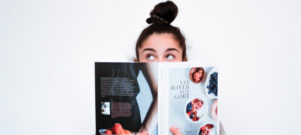 meisje met self-publishing boek