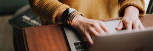 flaptekst schrijven op laptop